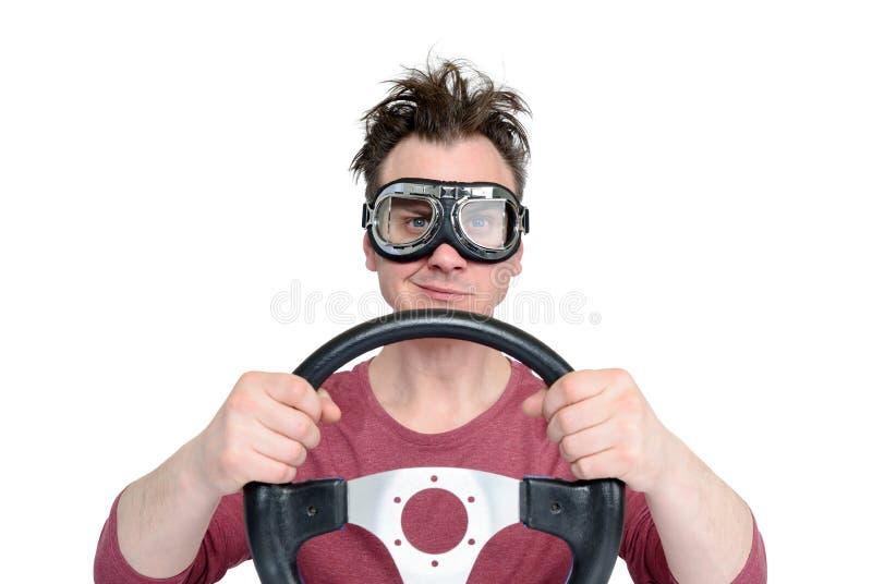 Homme dans les lunettes élégantes avec le volant d'isolement sur le fond blanc, concept de conducteur de voiture photographie stock