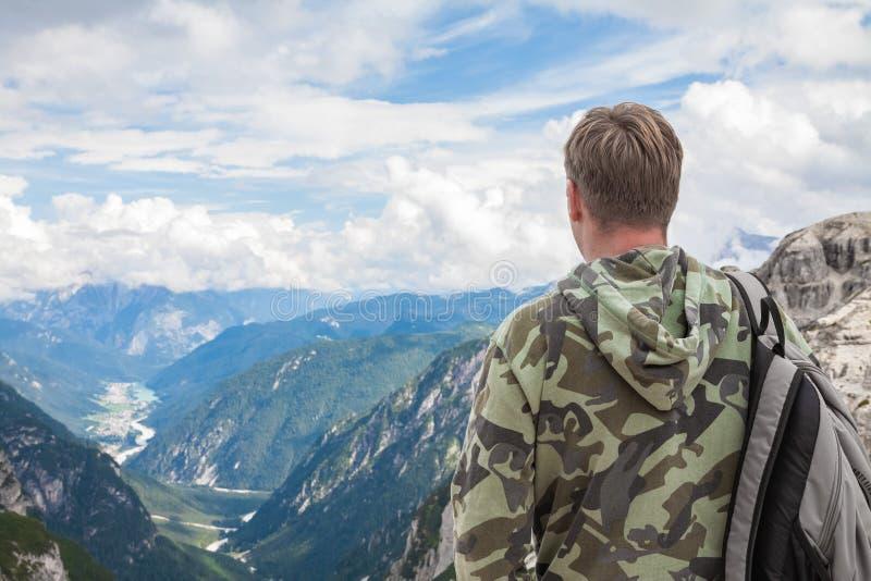Homme dans les montagnes regardant le horizont photos libres de droits