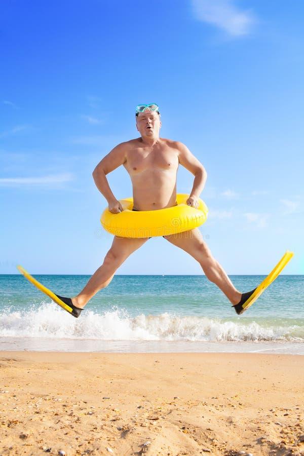 Homme dans les nageoires et le masque photographie stock libre de droits
