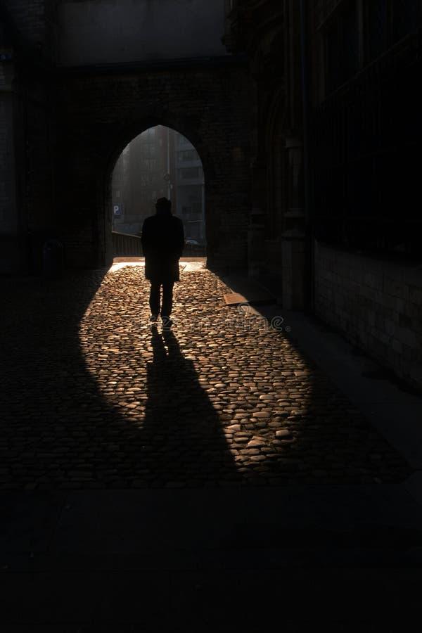 Homme dans les ombres photographie stock libre de droits