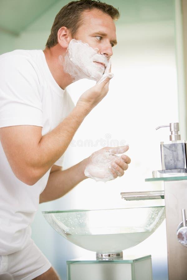 Homme dans raser de salle de bains images libres de droits