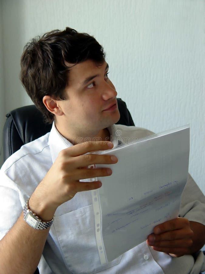 Homme dans son bureau photos stock