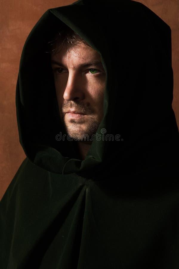 Homme dans un capot médiéval photographie stock libre de droits
