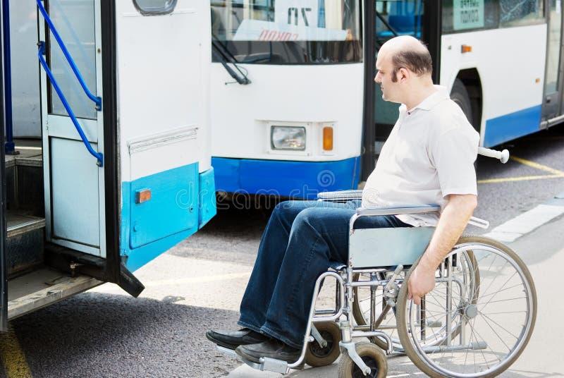 Homme dans un fauteuil roulant photos stock