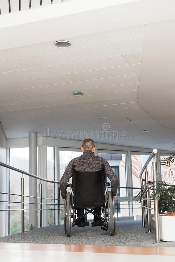 Homme dans un fauteuil roulant images libres de droits