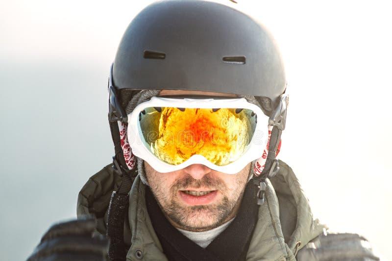 Homme dans un masque de ski et casque dans les montagnes photo stock