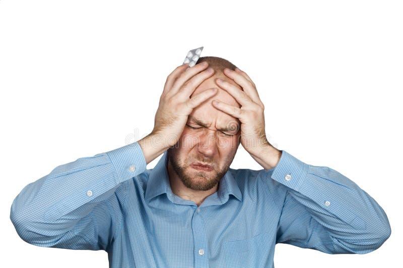 Homme dans une chemise bleue prenant l'antibiotique, antidépresseur, médicament de pilule de calmant pour soulager la douleur à l image stock