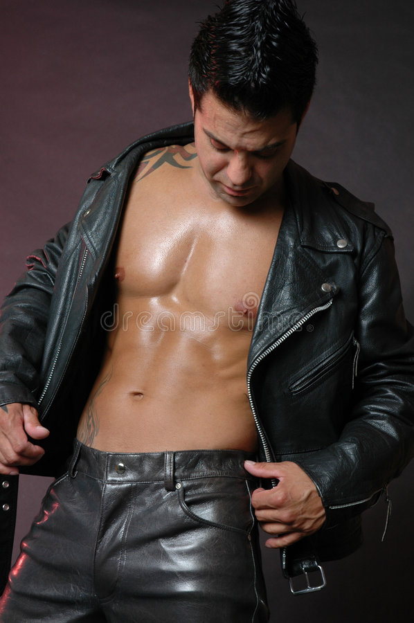 Homme dans une jupe en cuir images libres de droits