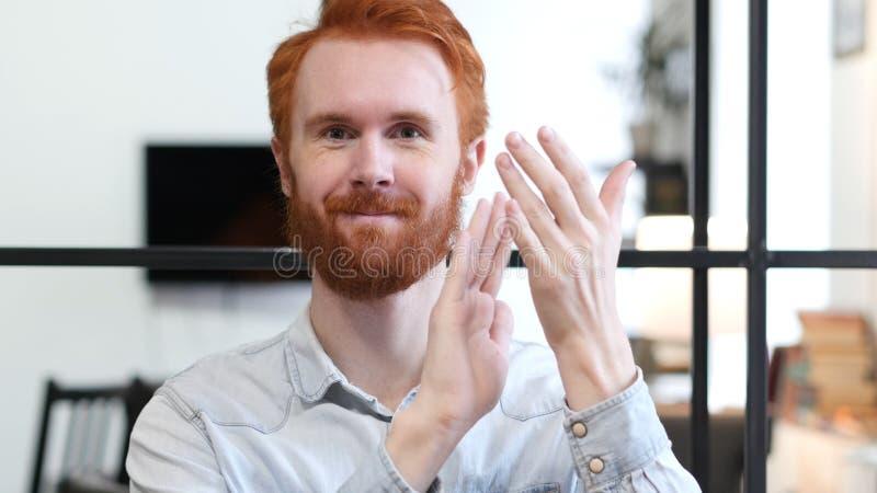 Homme de applaudissement au travail, portrait d'homme de applaudissement photo stock
