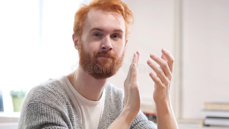 Homme de applaudissement avec les poils rouges, applaudissant photographie stock