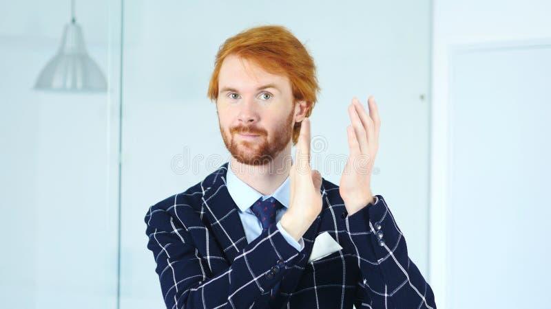 Homme de applaudissement avec les poils rouges, applaudissant pour l'équipe image stock