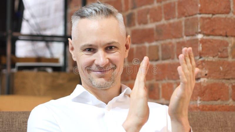 Homme de applaudissement de Moyen Âge au travail, applaudissant photographie stock