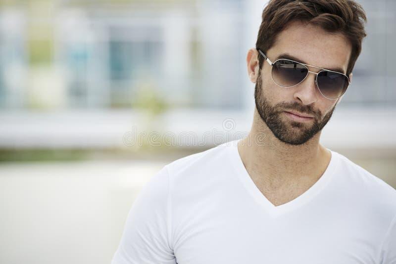 Homme de barbe et de lunettes de soleil photos libres de droits