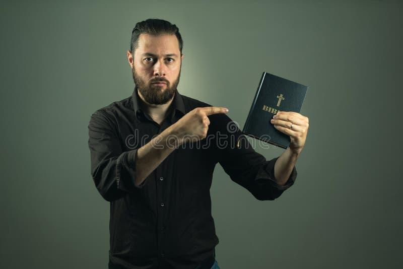 Homme de barbe te montrant une bible Le chemin droit dans la vie est par Dieu photos stock