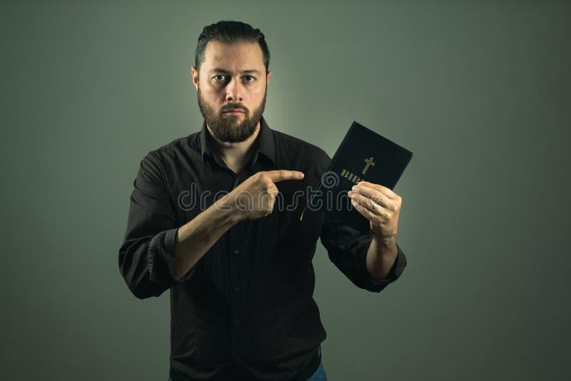 Homme de barbe te montrant une bible Le chemin droit dans la vie est par Dieu images libres de droits