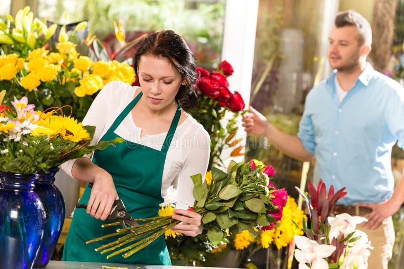 Homme de bouquet de système de fleurs coupées de fleuriste de femme photos stock