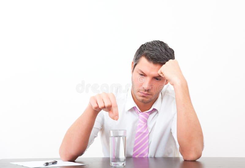 Homme de bureau de migraine avec la pillule image stock