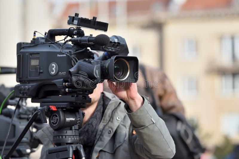 Homme de caméra de télévision filmant un événement politique photo libre de droits