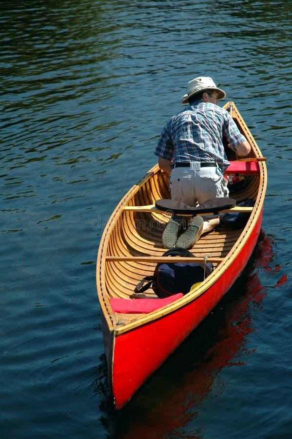 homme de canoë photographie stock libre de droits