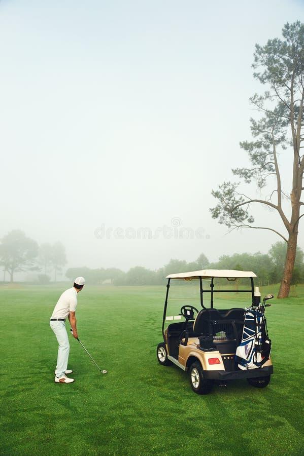 Homme de chariot de golf photos libres de droits
