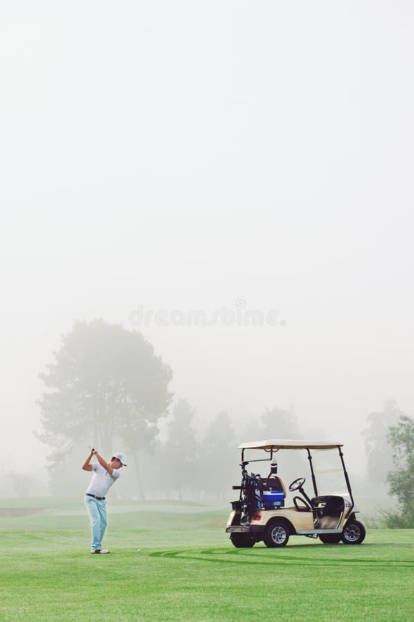 Homme de chariot de golf photographie stock