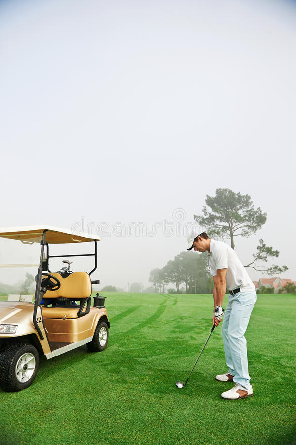 Homme de chariot de golf image libre de droits