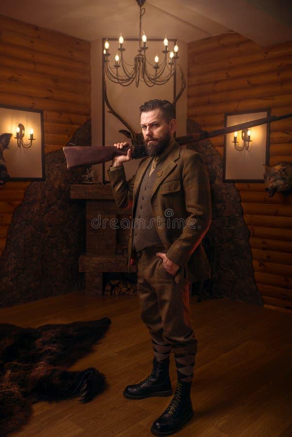 Homme de chasseur dans l'habillement de vintage avec le fusil antique photos libres de droits