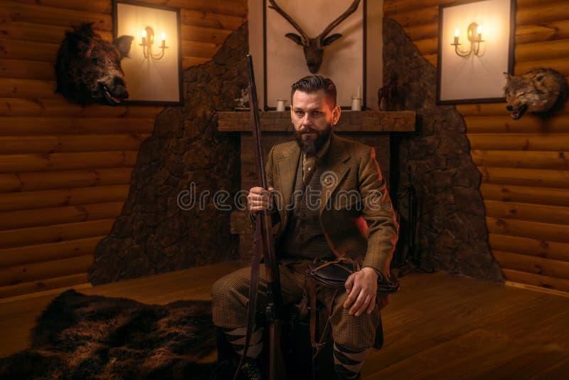 Homme de chasseur de vintage dans l'habillement traditionnel de chasse image stock