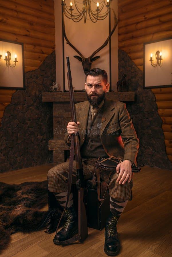 Homme de chasseur de vintage dans l'habillement traditionnel de chasse photos libres de droits