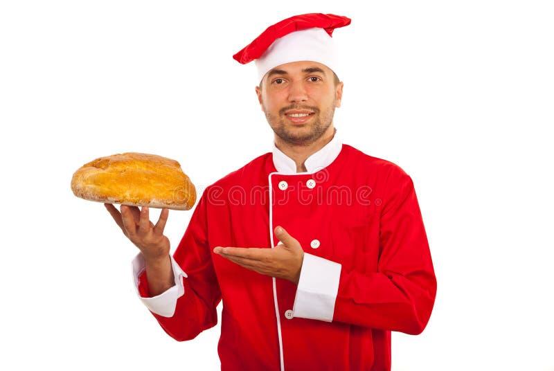 Homme de chef montrant le pain photos stock