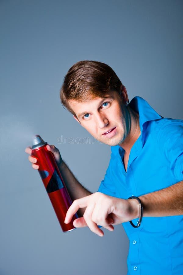 Homme de coiffeur avec la laque image stock