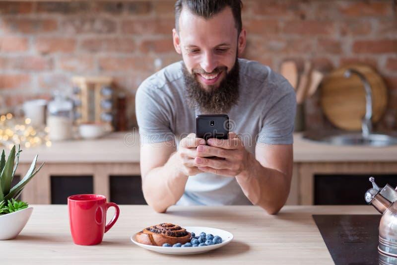 Homme de communication de technologie à l'aide du téléphone portable photographie stock