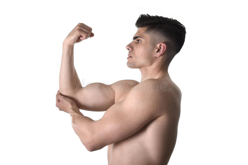 Homme de corps musculaire jugeant le coude endolori en douleur dans les soins de santé de corps et la médecine de sport photos libres de droits