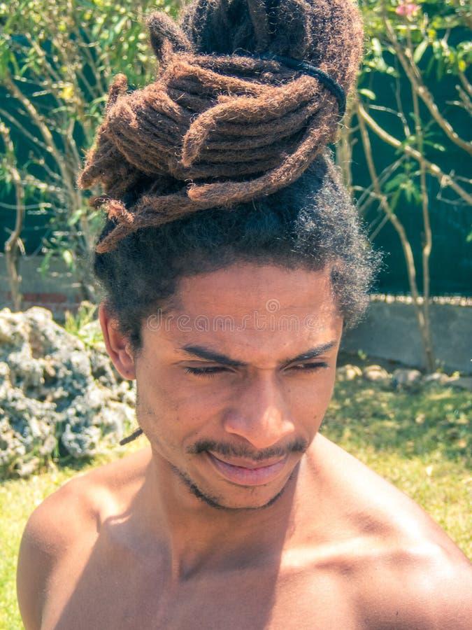 Homme de couleur avec les cheveux Afro et dreadlocks recueillis au-dessus de sa tête photos stock