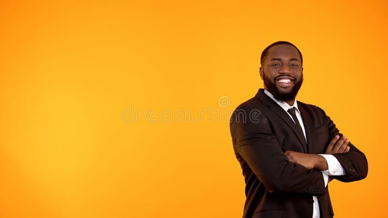 Homme de couleur bel heureux dans le costume regardant ? la cam?ra et au calibre de sourire photographie stock