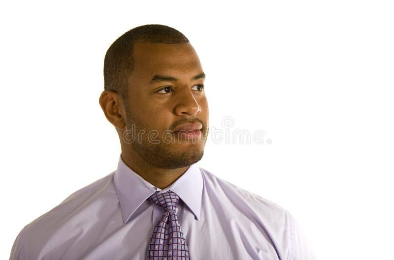 Homme de couleur dans la chemise et la relation étroite de robe pourprées image libre de droits