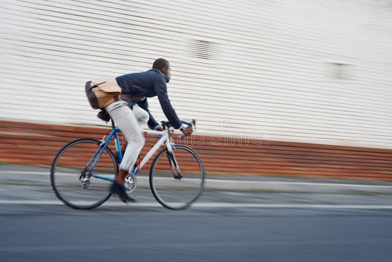 Homme de couleur de vélo d'équitation image stock