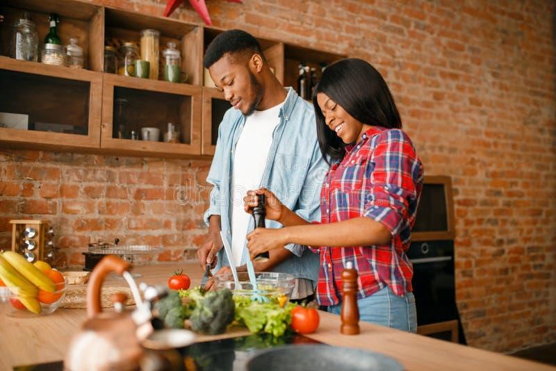 Homme de couleur faisant cuire sur la cuisine, caf? de boissons d'?pouse image stock