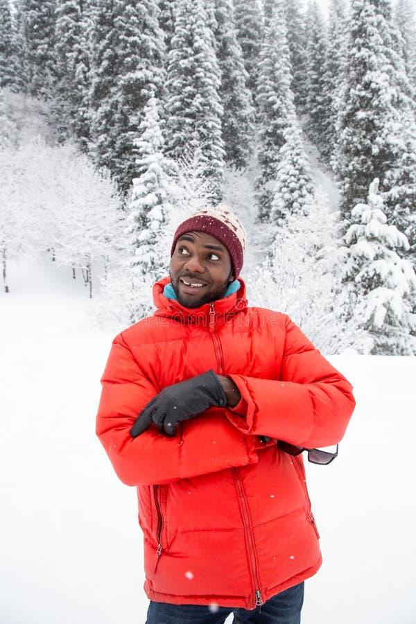 Homme de couleur gai d'afro-américain dans le costume de ski en hiver neigeux dehors, Almaty, Kazakhstan photographie stock