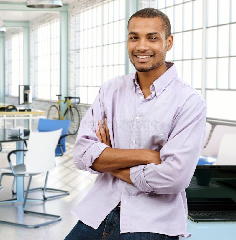 Homme de couleur occasionnel au bureau moderne photographie stock