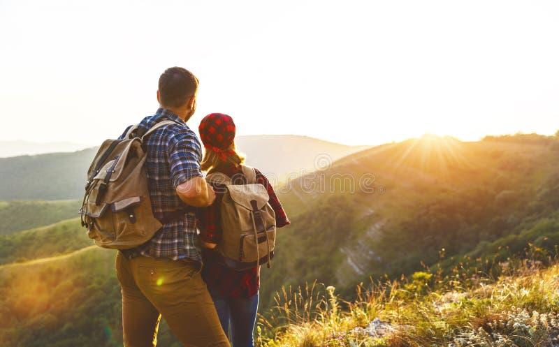 Homme de couples et touriste heureux de femme au sommet de montagne au coucher du soleil photo libre de droits