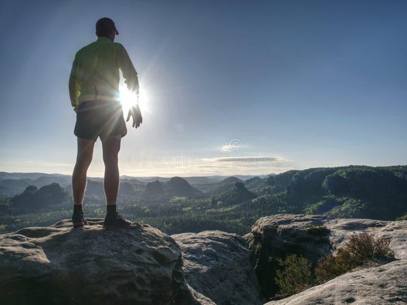 Homme de coureur sur la route rocheuse de la nature de montagne Sprinter m?le image stock