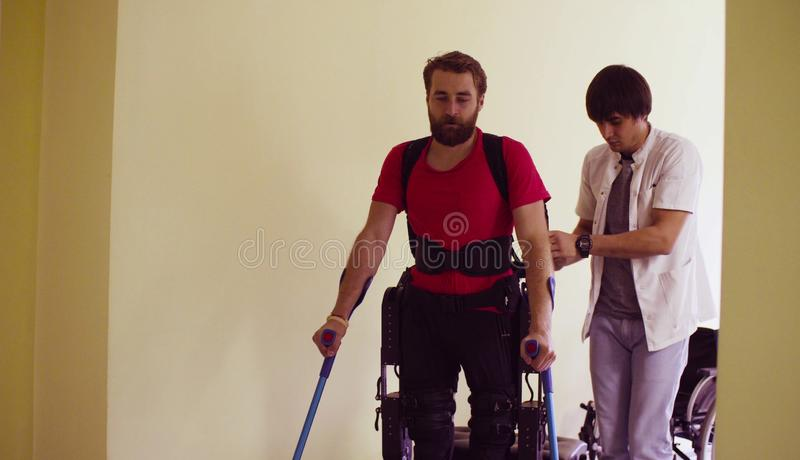 Homme de débronchement de jeunes dans l'exosquelette robotique photos libres de droits