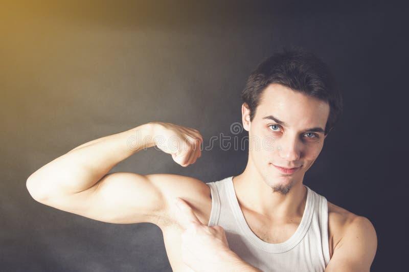 Homme de débutant montrant le sien musculaire photos stock