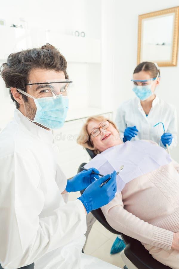 Homme de dentiste dans sa chirurgie images stock