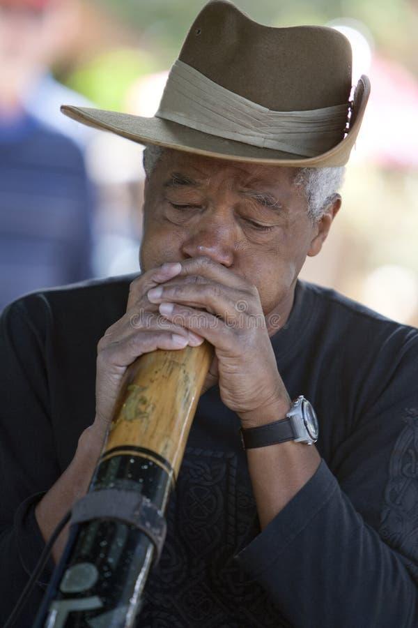 Homme de Didgeridoo images stock