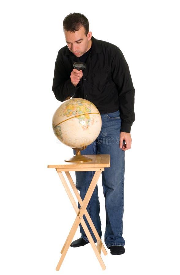 homme de examen de globe image stock