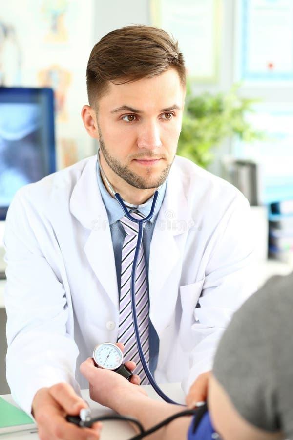 Homme de examen de docteur futé image libre de droits