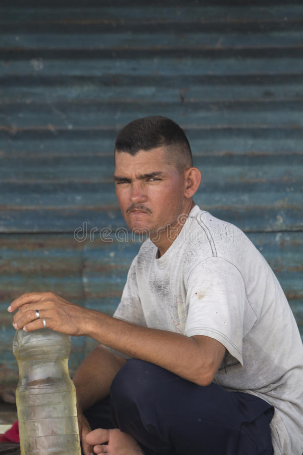 Homme de Fisher regardant l'appareil-photo dans le lac maracaibo venezuela photo libre de droits