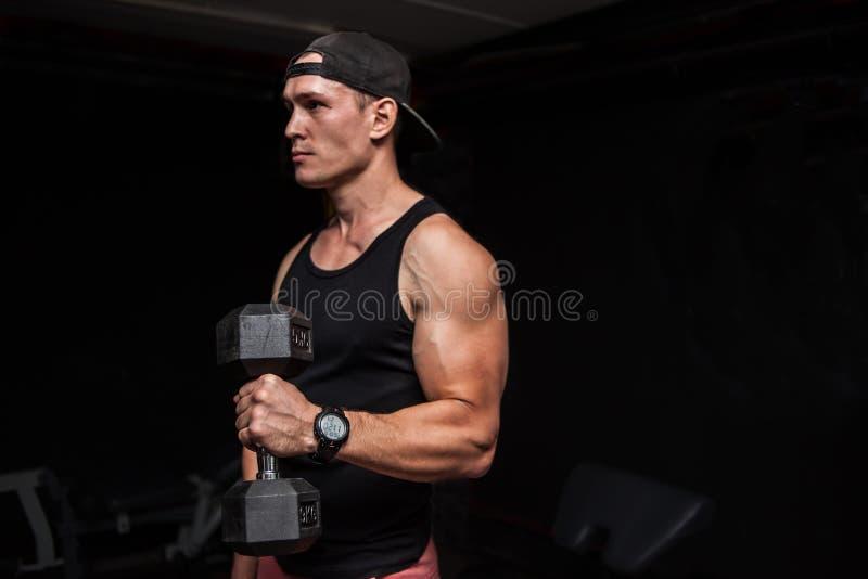 Homme de forme physique avec l'haltère dans le gymnase Regard loin photo stock